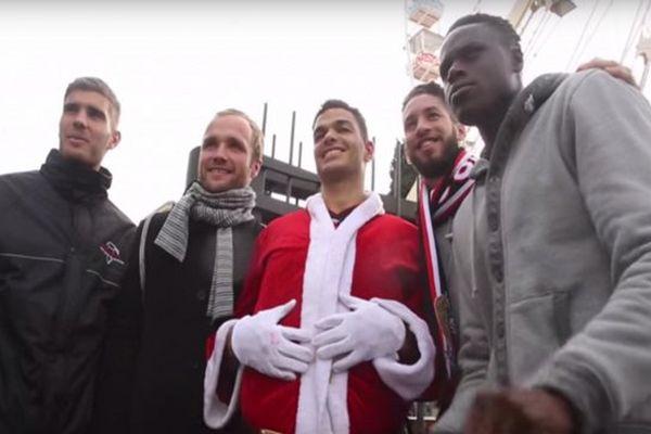 Hatem Ben Arfa et ses coéquipiers de l'OGC Nice ont joué les Père Noël en plein centre-ville.