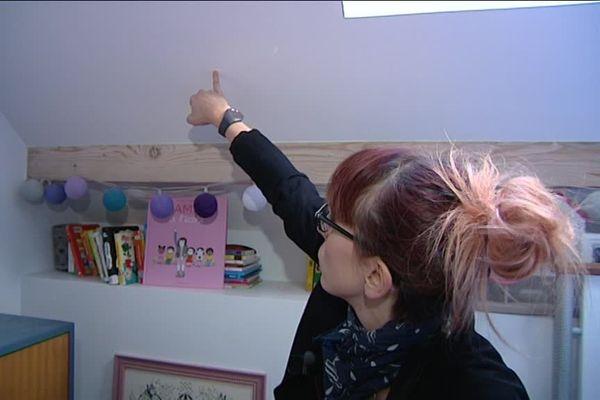Charline Baron montre les impacts de balle dans la chambre de sa fille, jeudi 8 décembre 2016 à Renage.
