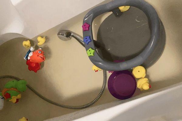 """Pas question pour Alysson de laver ses enfants dans une eau qui n'est pas """"propre""""."""