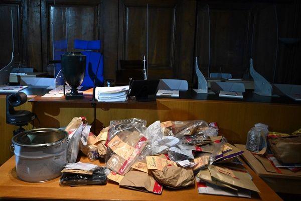 Sur la table de la cour d'assises, les éléments matériels récupérés par les enquêteurs.