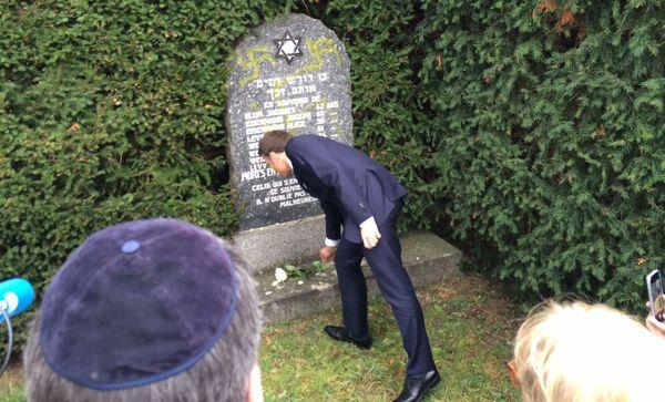 Emmanuel Macron fleurissant une tombe dans le cimetière de Quatzenheim.