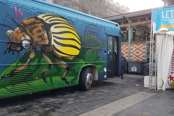 Le bus Escape Game au salon de l'emploi à Rennes.