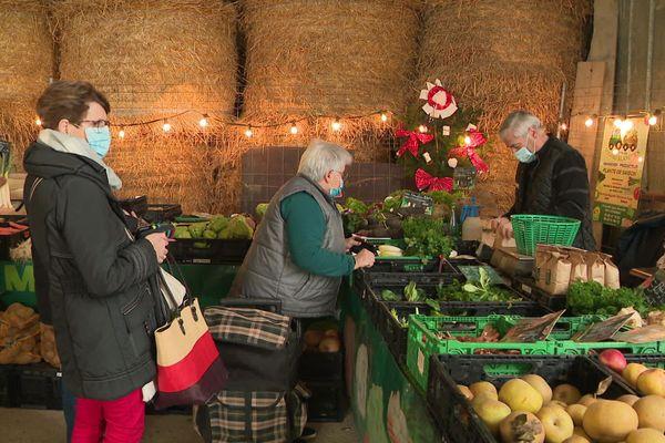 Malgré la crise sanitaire, le marché de Noël des producteurs de Méré (Yonne) a pu être maintenu cette année.