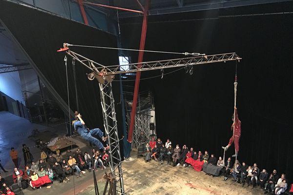 """La compagnie """"La bourraska"""" se confronte aux acrobaties avec une grue"""