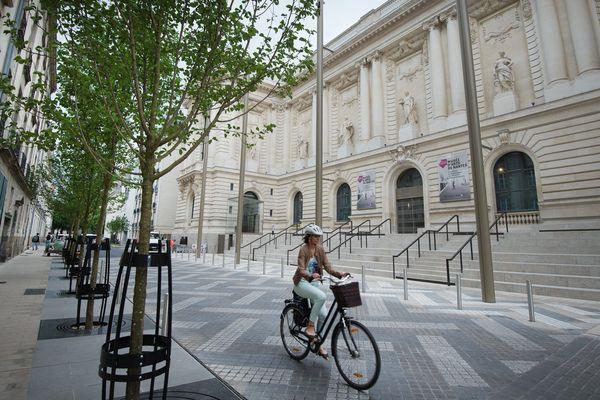 Certaines rues de Nantes intègrent la circulation cycliste à leur réaménagement, comme ici en face du Musée des Beaux-Arts de Nantes.