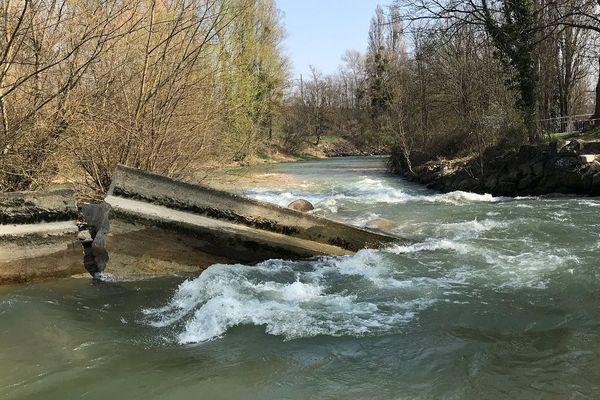 """Le barrage des """"six vannes"""", à Longvic, avait été construit à la fin du 19e siècle"""