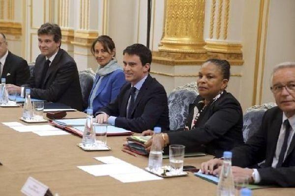 Les deux Bourguignons Arnaud Montebourg et François Rebsamen sont assis au premier plan à la table du premier conseil des ministres de Manuel Valls