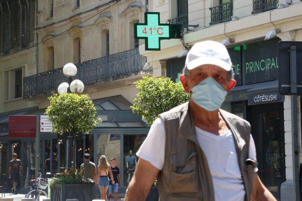 Malgré la chaleur, le masque reste obligatoire dans un certain nombre de centre-villes. Photo d'illustration