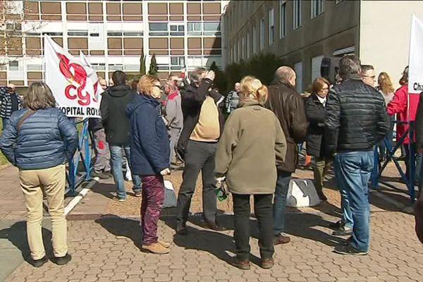 Une soixantaine de personnes se sont mobilisées devant l'hôpital de Royan