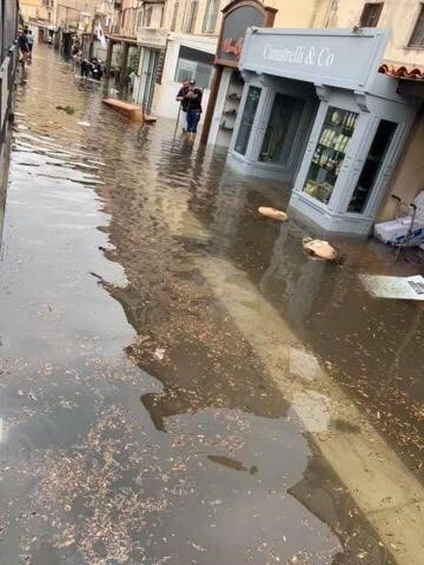 L'eau s'est infiltrée jusque dans les commerces.