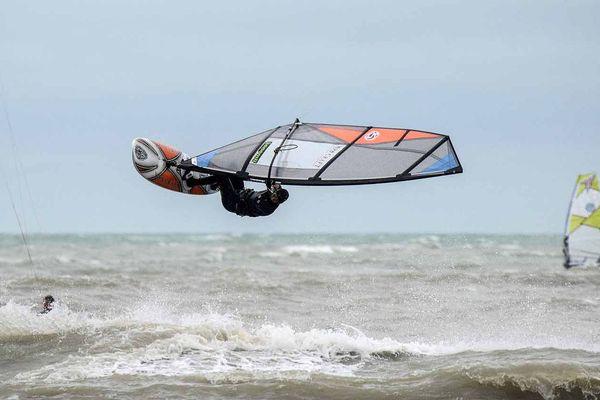Wind surf à Antifer ,entre Le Havre et Etretat  (Seine-Maritime)