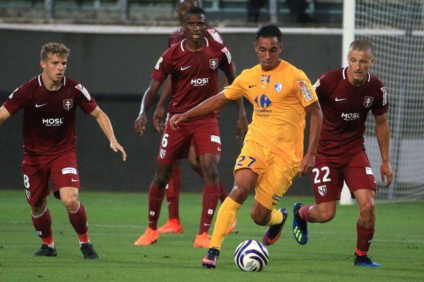 Malek Chergui (en jaune) avec Grenoble la saison dernière contre Metz.