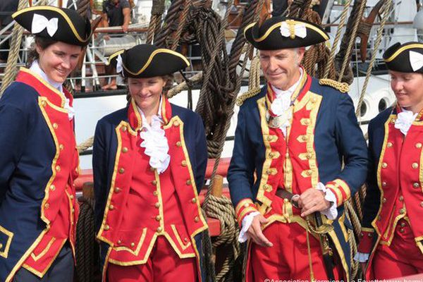 Le commandant de l'Hermione, Yann Cariou, entouré d'une partie de son équipage en tenue.