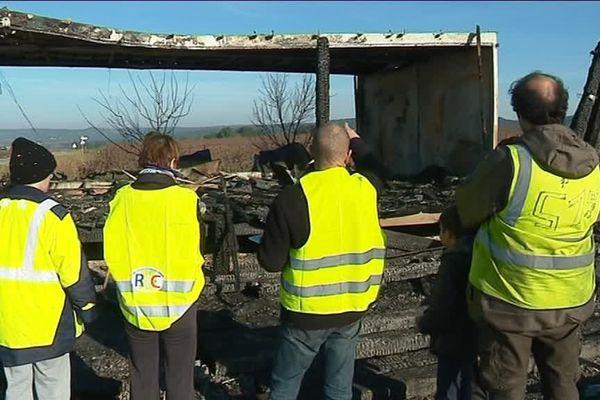 La cabane utilisée par les gilets jaunes de Fournes(Gard) a été incendiée dans la nuit de mardi à mercredi. Le local leur avait été prêté par un producteur de fruits et légumes. Les gilets jaunes assurent qu'ils vont le reconstruire.