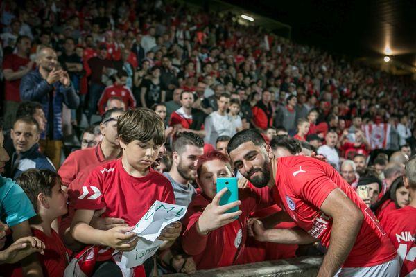 Umut Bozok avec les supporters nimois.