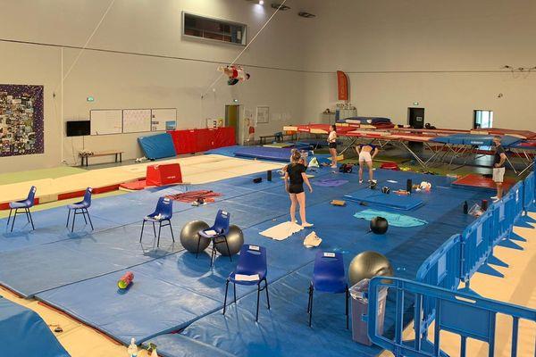 Entre les trampolines de l'Azur Arena, chaque athlète dispose d'une chaise dédiée et son espace pour les exercices au sol.
