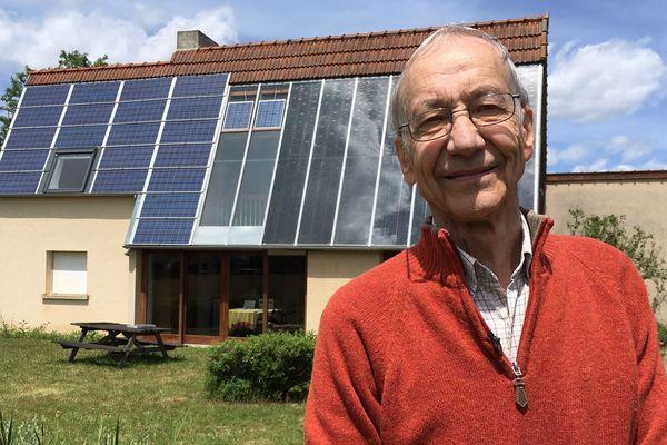 Ingénieur et bricoleur, Jean-Louis Gaby ne cesse de perfectionner sa maison pour limiter sa consommation d'énergie.