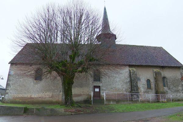 L'église paroissiale Saint-Denis a été construite du XIIe au XV siècle au cœur du village d'Epiry.