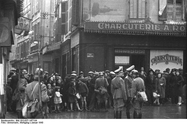 En janvier 1943, 12.000 Marseillais sont raflés dans le quartier du Vieux-Port à Marseille.