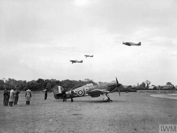 Les Hurricane du 56 Squadron décollant de leur base de North Weald, au nord de Londres, pour aller combattre dans le nord de la France en mai 1940.