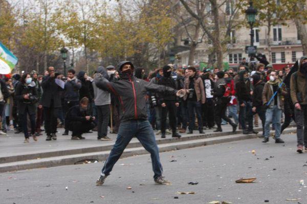 """""""Plusieurs dizaines d'individus cagoulés et masqués"""", ont visé les forces de l'ordre, dimanche 30 novembre 2015, place de la République, à Paris."""