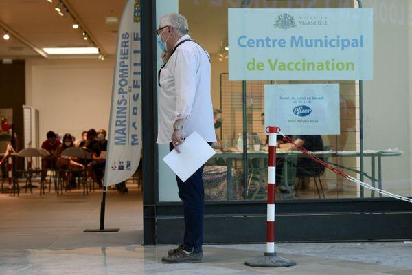 La ville de Marseille a ouvert un centre de vaccination contre le Covid 19 dans le centre commercial de Grand Littoral dans les quartiers Nord.