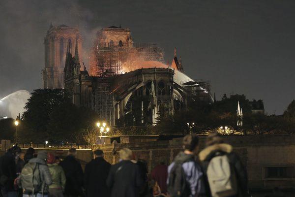 Alors que la cathédrale Notre Dame de Paris était en proie aux flammes dans la nuit de ce lundi 15 avril, le diocèse de Lyon appelait à la prière.