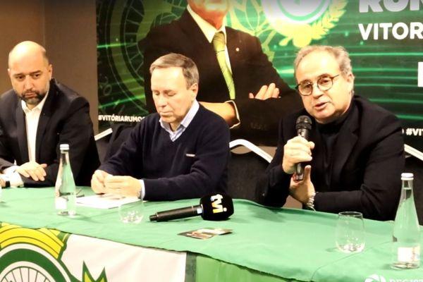 Gerard Lopez et Luis Campos entourant mercredi Vitor Hugo Valente, l'ex-président du Vitoria Setubal.