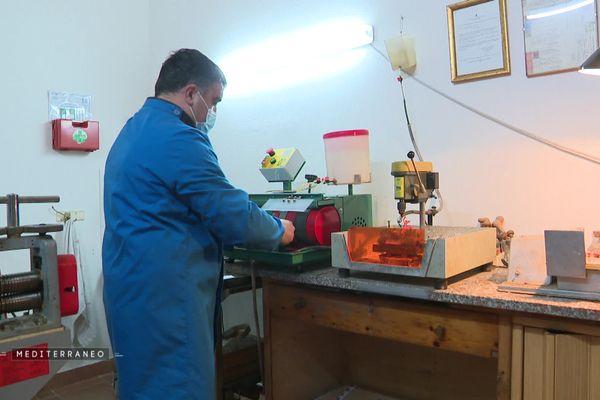 Giuseppe Tilocca, artisan spécialisé, travaillant le corail dans son atelier d'Alghero