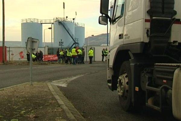 Des chauffeurs routiers grévistes à Cournon-d'Auvergne (63), lundi 19/01/2015.