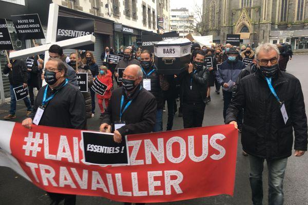 Restaurateurs, cafetiers, hôteliers, et exploitants de discothèque défilent à Saint-Brieuc, ce mercredi 25 novembre 2020