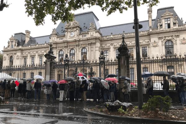 Sous la pluie, les grands électeurs se sont rendus dans les préfectures pour déposer leur bulletin dans l'urne. ici, à Lyon, en fin de matinée