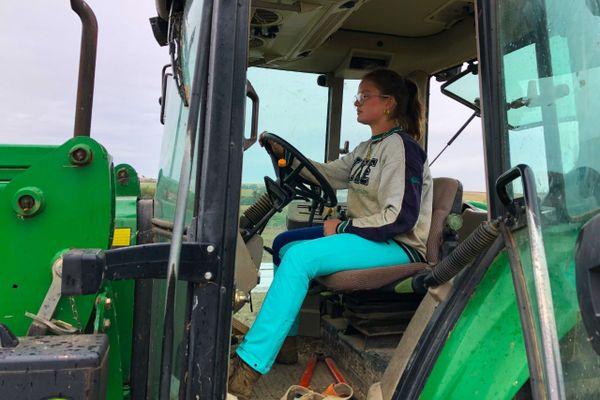 Conduire un tracteur, le quotidien d'Eloïse