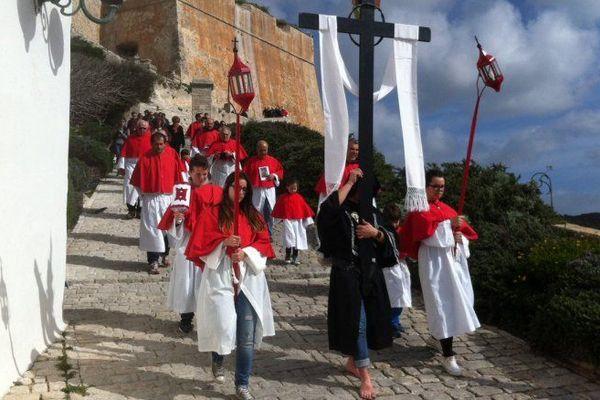 La confrérie Saint Barthelemy à Bonifacio lors des processions de la semaine Sainte (2015)
