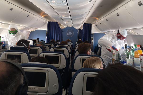 A bord du Boeing 767-300 de Uzbekistan Airways, le personnel de bord avaient mis en place les règles d'hygiène