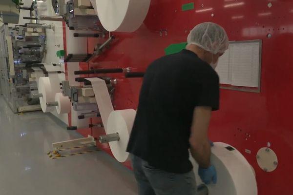 Une machine conçue en Italie permet à l'entreprise Lemoine de fabriquer 600 masques chirurgicaux à la minute.