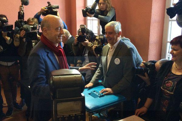Le maire de Bordeaux a voté au bureau de vote de la Chartreuse Saint-André, à Caudéran