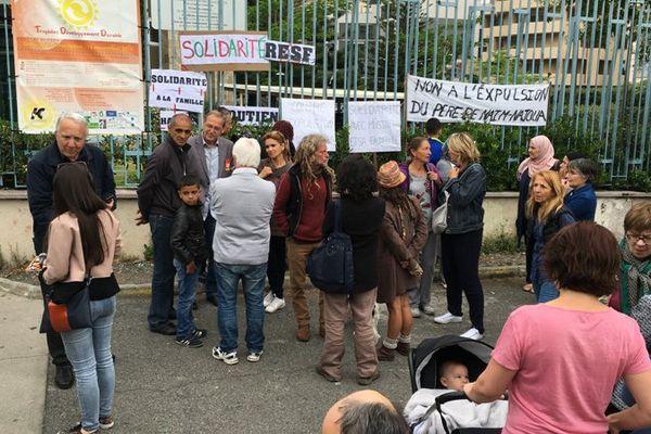 Une cinquantaine de personnes se sont réunies devant la préfecture de Haute-Corse pour dénoncer l'expulsion du père de famille algérien, à Bastia, le 9 mai 2016.