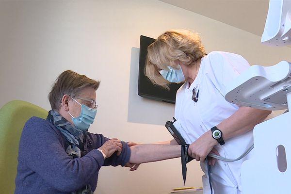 Opérée du genou, cette patiente vient faire sa rééducation à la nouvelle clinique de Montbéliard.