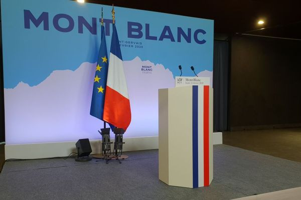 Le pupitre d'Emmanuel Macron à l'espace Mont-Blanc à Saint-Gervais.