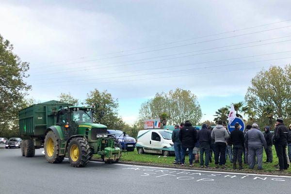 Les agriculteurs ont distribué des tracts ce mardi à Rochefort.