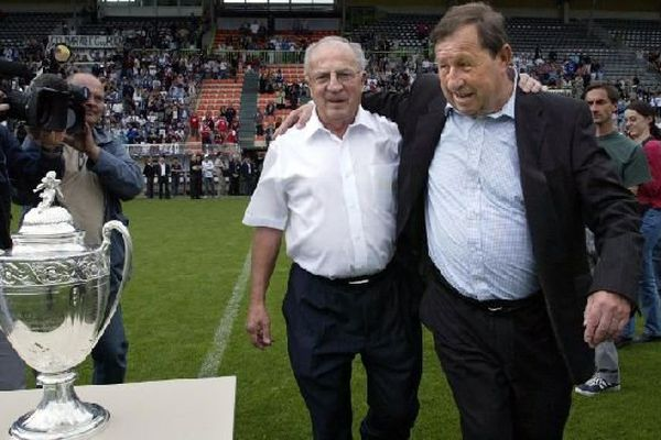 Jean-Claude Hamel célèbre avec Guy Roux la Coupe de France remportée en 2005. Il fut le président de l'AJ Auxerre de 1963 à 2009. Une longue période de stabilité qui contraste avec la situation actuelle.