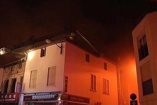 Le feu s'est propagé à d'autres logements via la toiture.
