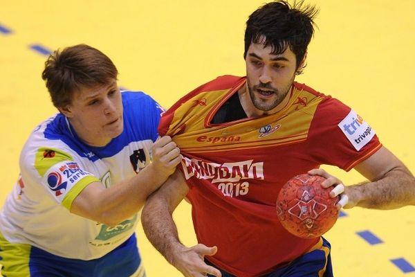 Jure Dolenec, arrière droit, 23 ans (à gauche) nouvelle recrue du MAHB aux prises avec un espagnol - janvier 2012.