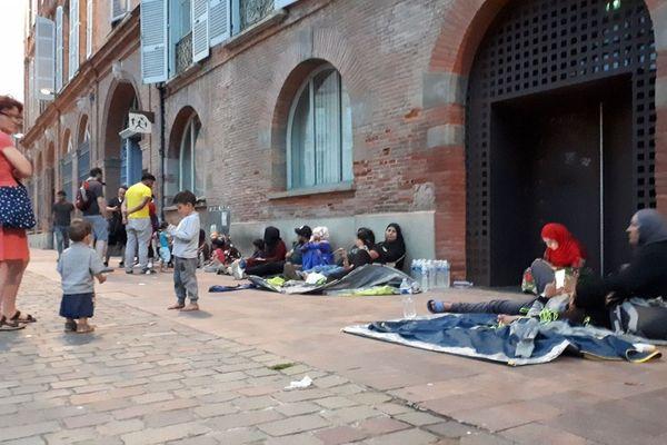 Les familles de réfugiés syriens ont tenté de s'installer sur la place du Capitole puis devant la préfecture