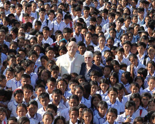 Les fondateurs de PSE au milieu des enfants qu'ils ont secouru