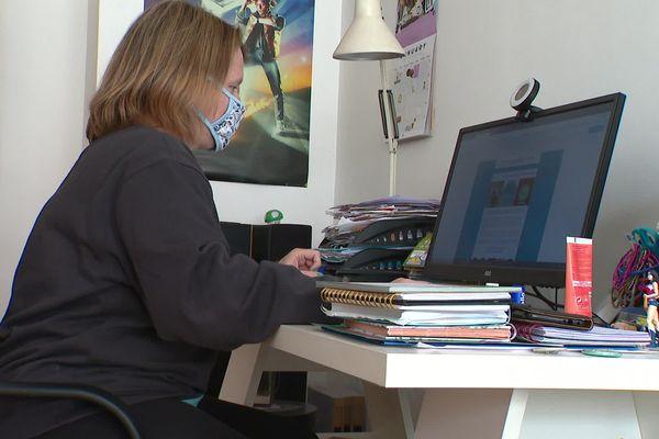 Pour certains salariés, le télétravail est devenu la règle. Ici, une télétravailleuse dans son appartement à Nice.