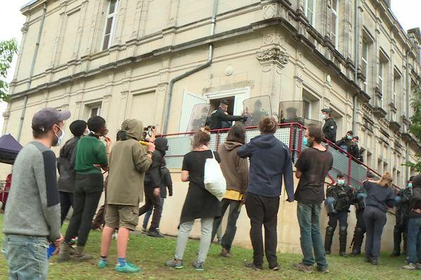 Une centaine d'opposants au projet d'enfouissement de déchets radioactifs à Bure (Meuse) étaient présents devant la mairie de Montiers-sur-Saux afin de tenter d'empêcher le bon déroulement de l'enquête.