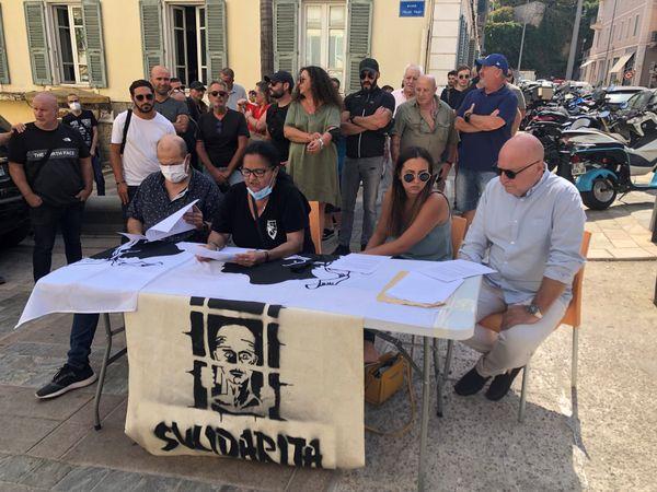 L'association Sulidarità mobilisée devant le palais de justice d'Ajaccio.