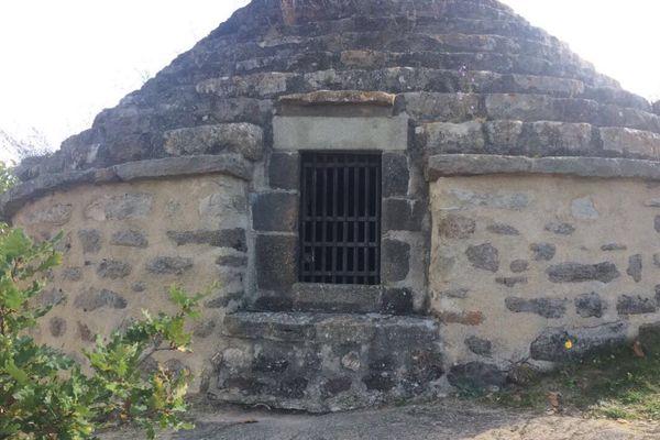 Mercredi 25 octobre, la grille de la porte de l'ossuaire de Saint-Floret a été découpée à la scie à métaux et des os dérobés. La porte a depuis été remplacée (Ici le 29 octobre 2017).